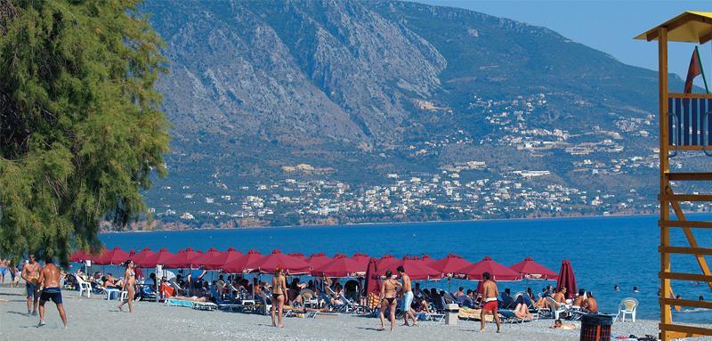 Η παραλία της Καλαμάτας και, στο βάθος, η Βέργα