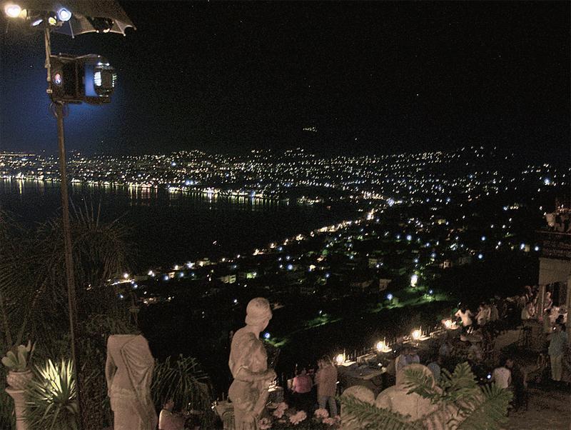 Νυχτερινή ζωή στη Βέργα με φόντο την Καλαμάτα